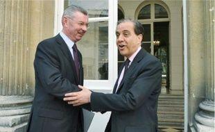 Passation de pouvoir entre Henri de Raincourt et Roger Karoutchi, hierà Paris.