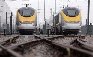 Un Eurostar Londres-Paris est resté bloqué plusieurs heures vendredi dans le tunnel sous la Manche avec 530 passagers à bord, provoquant d'importants retards sur le trafic ferroviaire transmanche et venant s'ajouter à la longue liste des défaillances sur le réseau SNCF en 2008.