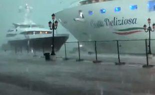 A Venise, un bateau de croisière géant qui est passé à un cheveu d'un yacht, frôlant de peu la catastrophe.