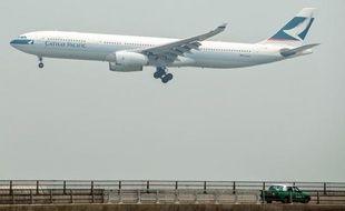La compagnie aérienne de Hong Kong, Cathay Pacific, a annoncé mercredi une perte nette de 935 millions de dollars HK (93,5 millions d'euros) au 1er semestre, sous l'effet des coûts de carburant, d'une féroce concurrence en classe économique et d'effets de change négatifs.