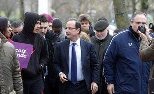 François Hollande s'est rendu mardi dans le quartier du Val-Fourré à Mantes-la-Jolie (Yvelines) pour inciter les jeunes à s'inscrire sur les listes électorales, a constaté une journaliste de l'AFP.
