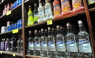 Des bouteilles de vodka dans un magasin d'alcool (illustration)