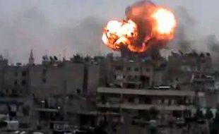 L'armée syrienne bombardait vendredi plusieurs quartiers de la ville de Homs où sont encore retranchés des rebelles, et intensifiait ses assauts dans la province d'Idleb en incendiant des maisons, selon l'Observatoire syrien des droits de l'Homme (OSDH).