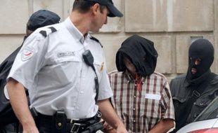 Juan Maria Mugica Dorronsoro, soupçonné de tentative d'attentat en 2001 contre l'ancien chef du gouvernement espagnol Jose Maria Aznar, arrêté mercredi au Pays basque français et visé par un mandat d'arrêt européen (MAE) émis par Madrid, a été placé jeudi en détention provisoire par la cour d'appel de Pau.