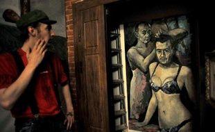 La directrice d'un musée privé qui avait exposé une toile montrant le président Vladimir Poutine et son Premier ministre Dmitri Medvedev en sous-vêtements féminins, saisie par la police à Saint-Pétersbourg, a été brièvement interpellée mardi, selon le fondateur du musée.