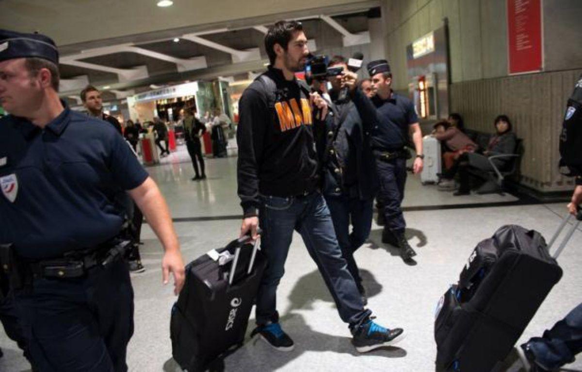Les joueurs de Montpellier, au centre d'une affaire de paris sportifs visant certains d'entre eux, sont arrivés vendredi soir à l'aéroport de Roissy au milieu d'une grosse cohue médiatique, tandis que le président du club a annoncé des sanctions contre les joueurs-parieurs. – Bertrand Langlois afp.com