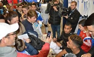 Dimitri Payet et Mario Lemina parmi des supporters lors d'une séance de dédicaces, le 17 février 2015.