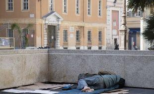 Un SDF près du palais de justice de Nice (Illustration)