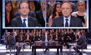 Le candidat socialiste à la présidentielle, François Hollande, débat avec le ministre des Affaires Etrangères, Alain Juppé, dans l'émission «Des paroles et des actes» sur France 2, le 26 janvier 2012.