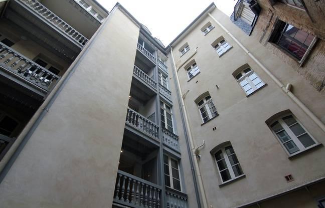 Un immeuble rénové du centre ancien de Rennes. La cage d'escalier est à l'air libre, comme le conseillent les pompiers.