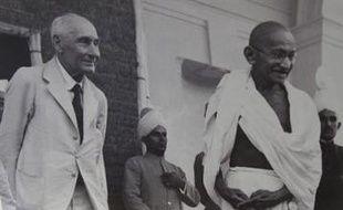Le propriétaire américain des lunettes ayant appartenu au Mahatma Gandhi a annoncé jeudi qu'il acceptait de les donner à l'Inde, mais la vente aux enchères controversée semblait maintenue après le refus par New Delhi de cet accord de dernière minute.