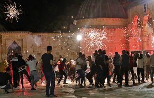 Des grenades assourdissantes ont éclaté en l'air au milieu d'affrontements entre des manifestants palestiniens et les forces de sécurité israéliennes dans l'enceinte de la mosquée al-Aqsa à Jérusalem, le 7mai 2021.