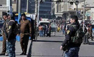 Des forces de sécurité irakiennes à Bagdad après un double attentat suicide, le 21 janvier 2021.