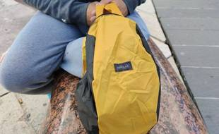 Un kit de survie distribué à une personne sans-abri