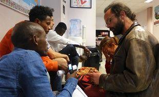 La figure de l'aide aux migrants Cédric Herrou aide Fikadou à envisager la suite de son parcours en Europe.