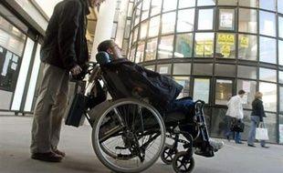 Plusieurs étudiants handicapés ont été privés de rentrée universitaire lundi sur le campus de Tours, en raison de l'absence d'auxilliaires de vie universitaire pour les aider, a-t-on appris auprès de l'association Handicap Conseil.