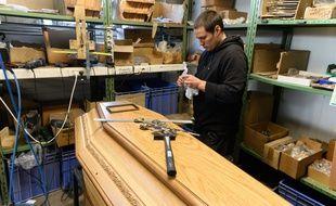 Dans un ateliers de cercueils, en région parisienne. (illustration)