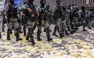 Des policiers repoussant des manifestants à Hong Kong le 1er juillet 2020.