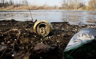 Des déchets en bord de Garonne.