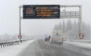 Le verglas et la neige qui tombe depuis lundi matin n'ont pas occasionné de perturbations majeures en fin de matinée dans les 27 départements du nord de la France placés en vigilance orange par Météo France.