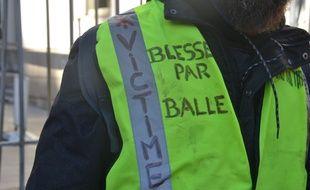 """""""Blessé par balle"""", a indiqué Yvan, sur son gilet jaune."""