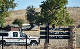 L'entrée du campus à Roseburg, dans l'Oregon, le 2 octobre 2015 au lendemain d'une fusillade qui a fait 10 morts dont le tueur