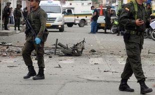 Un attentat à la bombe attribué aux Farc a fait jeudi au moins un mort et 25 blessés dans l'ouest de la Colombie, au lendemain de la fin de la trêve observée par la guérilla, ont annoncé les autorités locales.