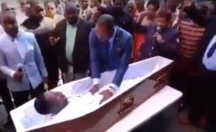 Le pasteur Alph Lukau en train de «ressusciter» un homme mort...