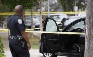 Au moins cinq personnes ont été tuées au cours de différentes fusillades près de Los Angeles qui se sont achevées avec la mort d'un suspect, abattu par la police dans la bibliothèque d'un campus universitaire, ont annoncé vendredi les autorités.