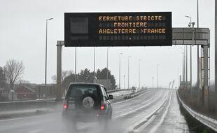 Un panneau indique la fermeture de la frontière entre le Royaume-Uni et la France après la découverte d'une nouvelle souche de coronavirus outre Manche.