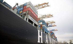 Un bateau décharge sa livraison dans le port de Rotterdam, aux Pays-Bas.