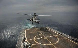 A près de 20 noeuds, la proue de la frégate USS Thach fend les eaux cobalt du Pacifique. Soudain l'alerte générale est donnée. Les tireurs prennent position sur le pont et une chaloupe pneumatique est jetée à la mer. La mission: contrôler un bateau soupçonné de transporter de la cocaïne.