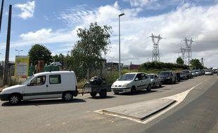 Une file d'attente devant la déchetterie de Rezé, en banlieue nantaise. Vendredi 22 mai 2020.