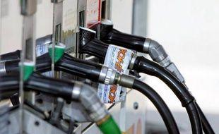 """Le président de l'Union française des industries pétrolières (Ufip), Jean-Louis Schilansky, a déclaré dimanche sur RTL que les pétroliers étaient """"prêts à accompagner l'effort du gouvernement"""", qui souhaite baisser les prix des carburants, """"de façon à ce que cette baisse ou atténuation soit sensible pour l'automobiliste""""."""