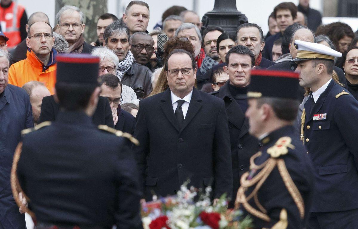 Le président de la République François Hollande, accompagné de Manuel Valls, Premier ministre, le 10 janvier 2016 place de la République. – Michel Euler/AP/SIPA