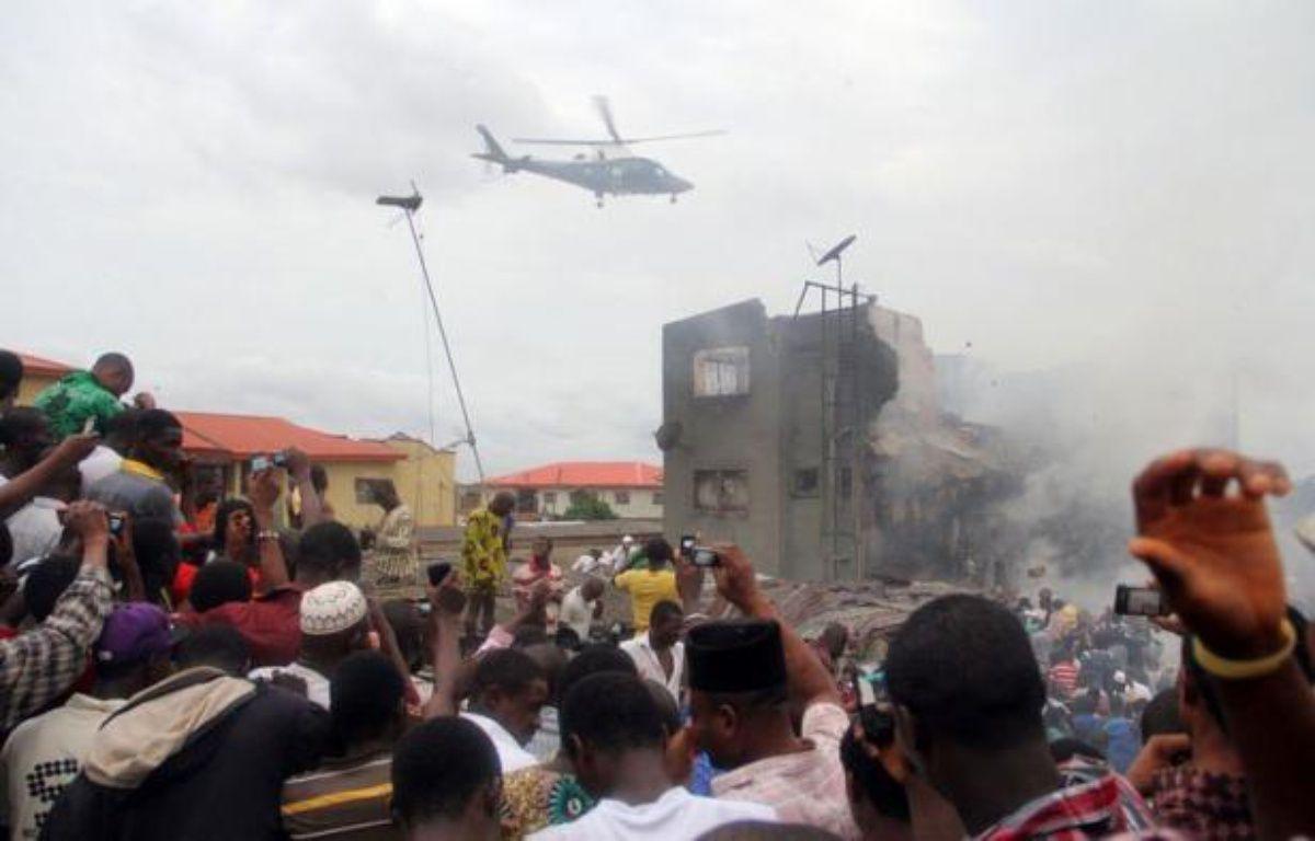Un avion de ligne avec à son bord 153 personnes, dont six membres d'équipage, s'est écrasé dimanche sur un quartier populaire de la capitale économique nigériane Lagos, ne laissant quasiment aucun espoir de retrouver des survivants. – Emmanuel Arewa afp.com