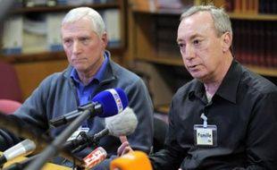 Jean-Pierre Laville (gauche) et Jean-Pierre Saison (droite), pères de certaines victimes de Michel Fourniret, répondent aux questions des journalistes, le 28 mars 2008.