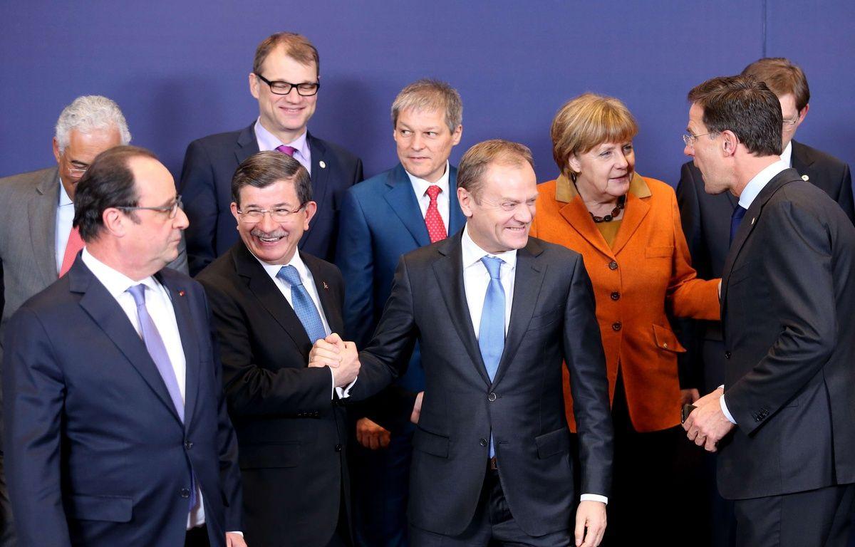 François Hollande et le Premier ministre turc Ahmet Davutoglu (à gauche), lors du sommet entre l'UE et la Turquie, le 7 mars 2016, à Bruxelles. – Francois Walschaerts/AP/SIPA