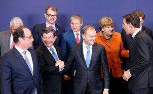François Hollande et le Premier ministre turc Ahmet Davutoglu (à gauche), lors du sommet entre l'UE et la Turquie, le 7 mars 2016, à Bruxelles.