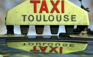 Enseigne logo de taxi de Toulouse.