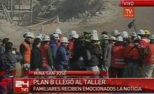Capture d'écran de la TVN après l'annonce qu'un puits de secours a atteint les 33 mineurs bloqués, le 9 octobre 2010.