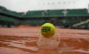 Une balle de tennis sur une bâche inondée à Roland-Garros, le 31 mai 2016
