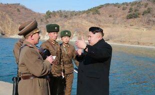 Photo non datée publiée par l'agence officielle nord-coréenne KCNA le 12 mars 2015 montrant le dirigeant nord-coréen Kim Jong-Un (d) en inspection dans la province de Kangwon