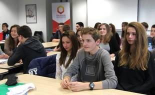 Des élèves du collège Bourgchevreuil à Cesson-Sévigné ont eu cours dans les locaux d'Harmonie Mutuelle à Rennes.