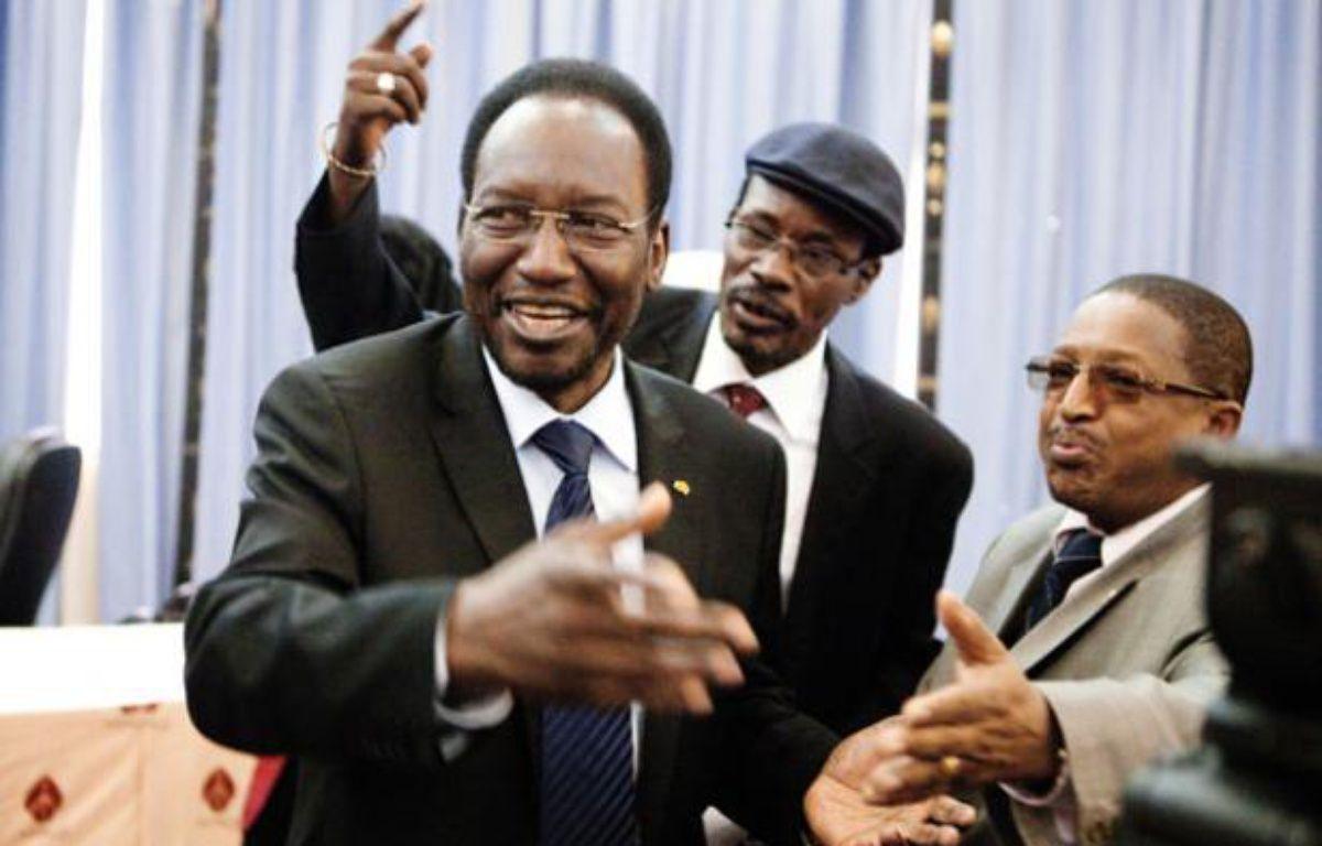 Le président du Mali par intérim, Dioncounda Traore, salue ses partisans lors d'une conférence de presse à Bamako, le 11 avril 2012. – REUTERS/Malin Palm