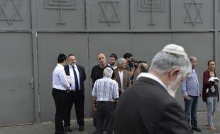 Des hommes devant la synagogue de Sarcelles le 21 juillet 2014