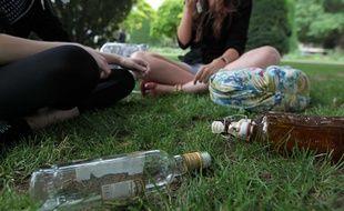 Jeunes consommant de l'alcool sur la voie publique, illustration.