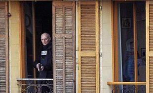 Jean Gabro, un maçon de 56 ans au chômage, apparait à la fenêtre de son appartement le 26 avril 2012 à Marseille lors de la reconstitution de l'homicide d'un mineur de 15 ans, Antoine, le 03 mai 2011 au cours d'une tentative de cambriolage