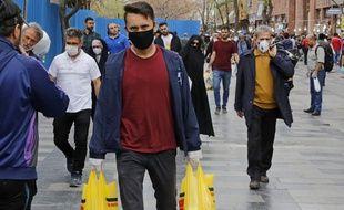 Des Iraniens dans les rues de Téhéran, en Iran, le 18 mars 2020.