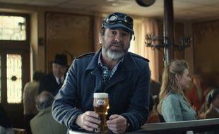 Dans une nouvelle publicité pour Kronenbourg, Eric Cantona est mis en scène en Alsace. Cette fois, en sauveteur accompagné de deux fidèles chiens, des «Alsace-tians».